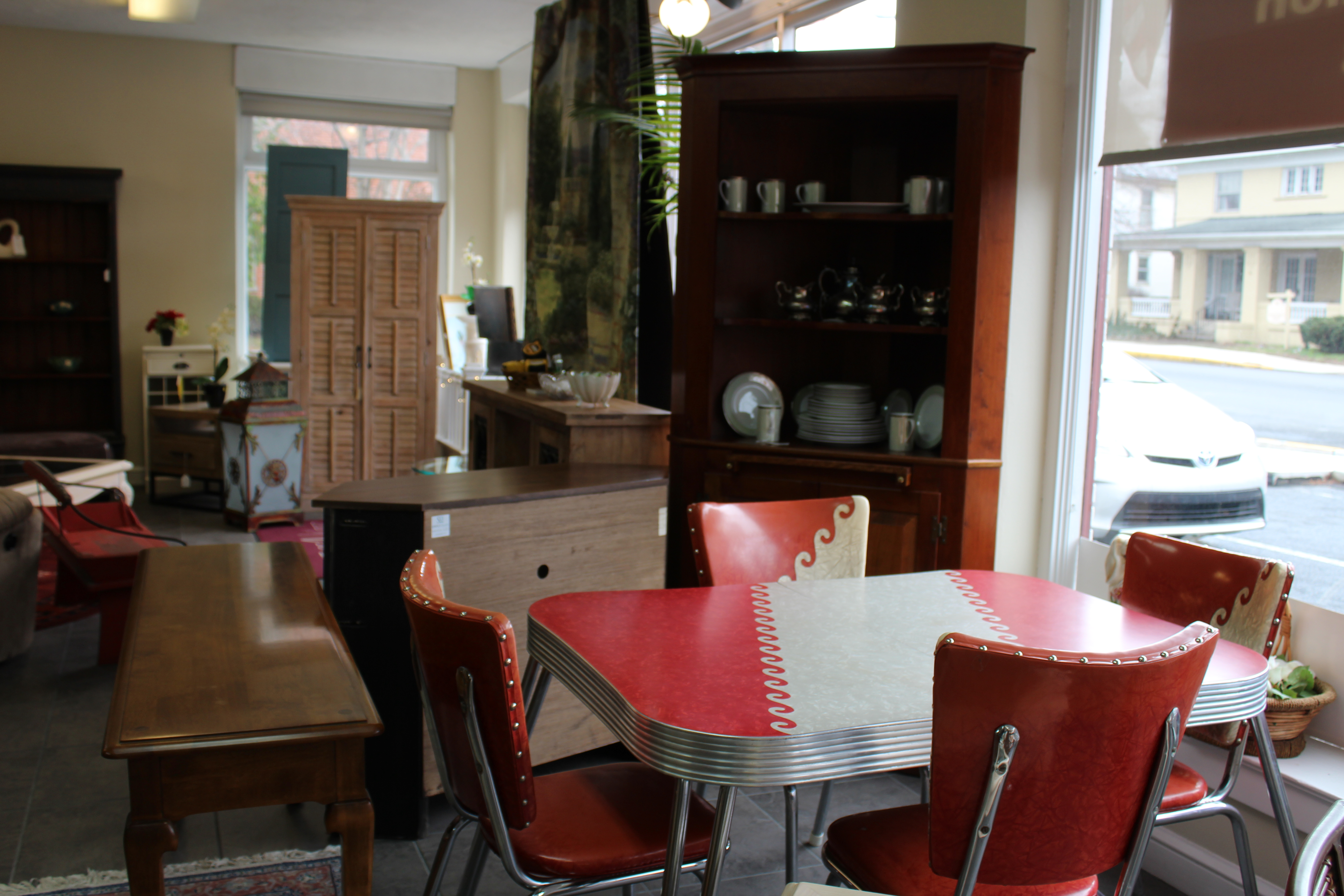 Furniture4U of Lititz Fine Used Furniture antiques art deco living room dining room bedroom kitchen décor accessories modern shabby chic chairs shelving desks storage chests amish furniture jewelry
